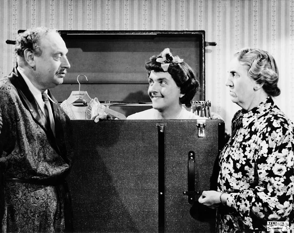 Julia Caesar söker upp Stig Järrel och Thor Modéen i kvinnosakskomedin Fram för lilla Märta (1945)