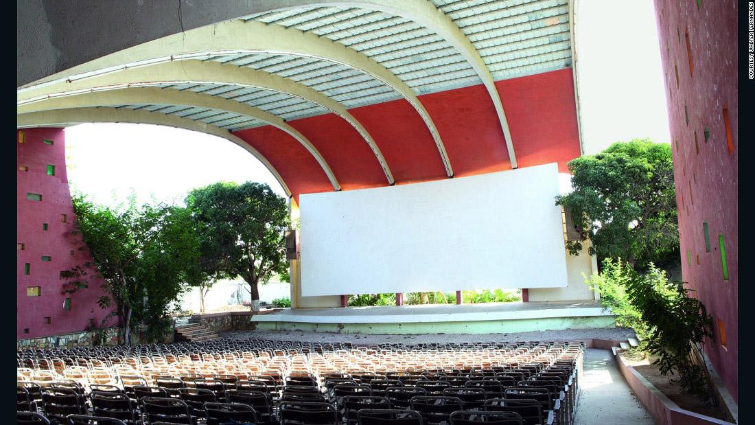 The Cine Impala är en utomhusbio för 600 åskådare i Namibe, Angola.