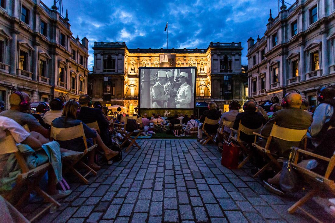 Nomad cinema visar film vid Royal academy i London.