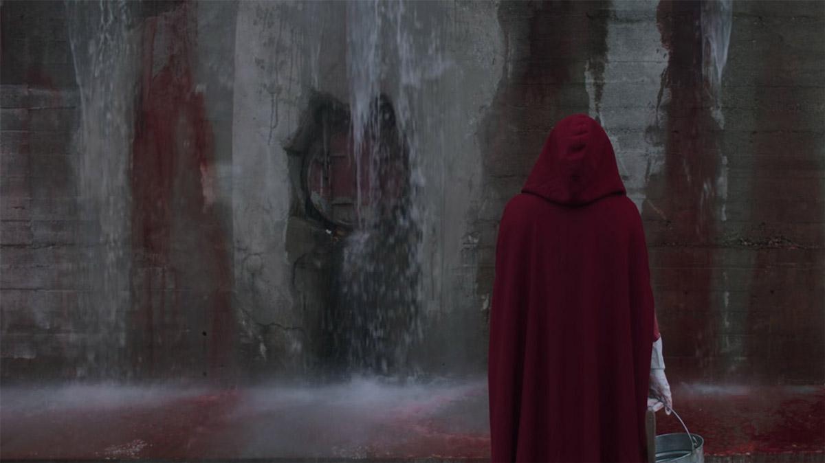 I The handmaid's tale (2017) ställs rött mot kyligt blått och blågrönt. I seriens nutid är bilderna ofta centrerade, med en desto mer rörlig kamera i de partier som representerar dåtid.