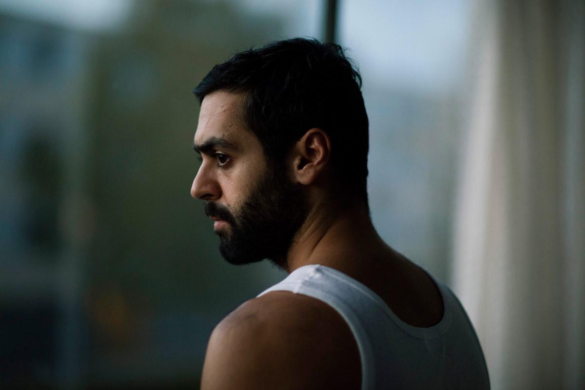 Ardalan Esmaili spelar huvudrollen i Charmören.