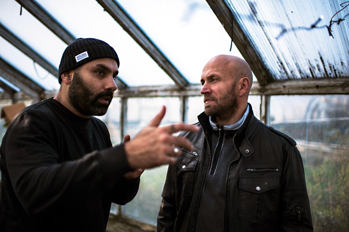 Peter Grönlund instruerar Joakim Sällqvist under inspelningen av Goliat.