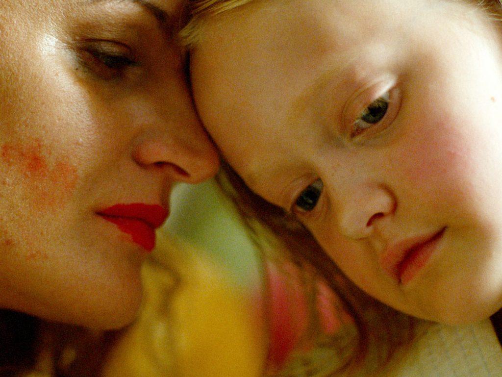 Esther Quigley och Maria Sundbom i Suzanne Ostens Flickan, mamman och demonerna