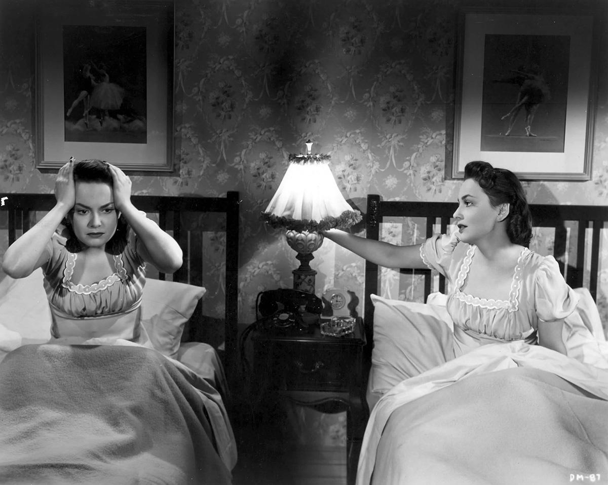 Olivia de Havilland x 2 i Den mörka spegeln från 1946.