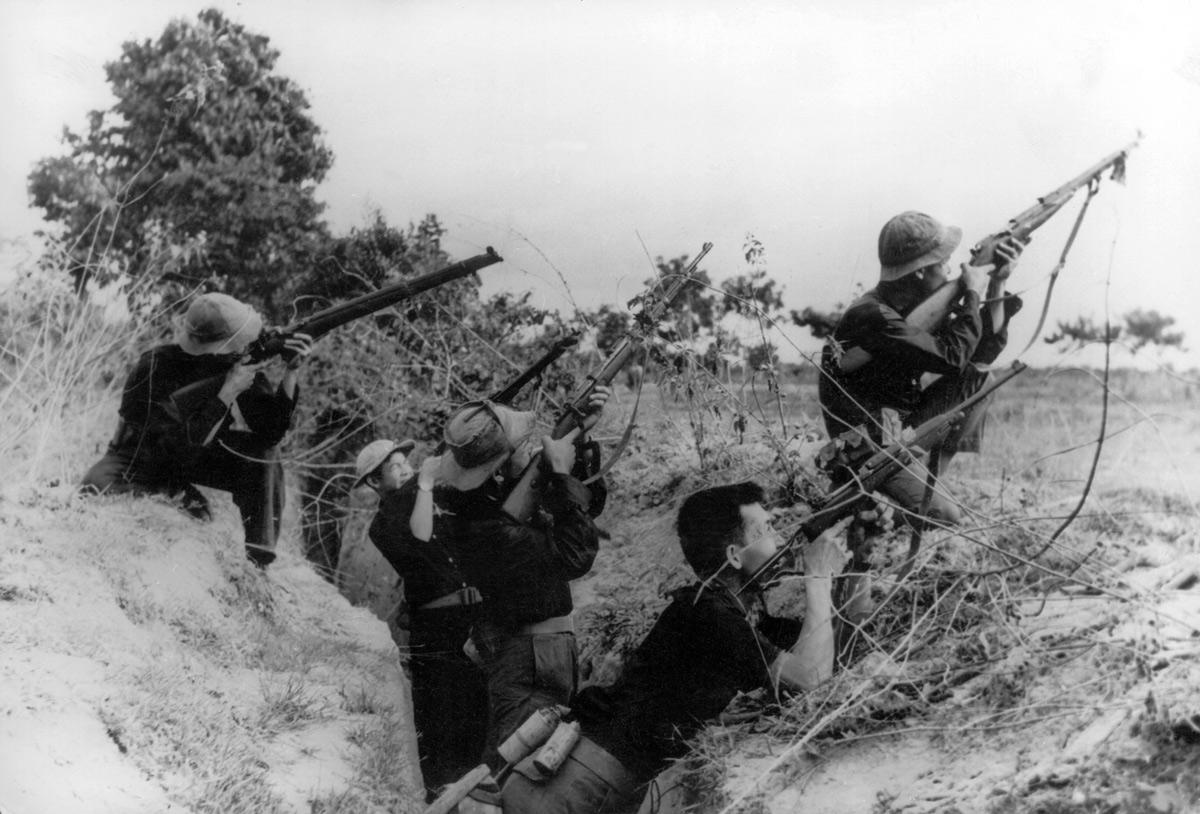 Vietnamsoldater som genomgår militär utbildning. Bild ur Maj 68.